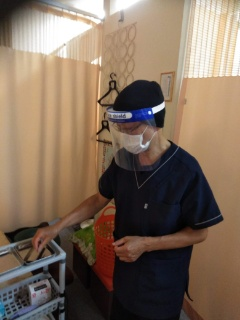 施術中、施術者はマスク及びフェイスシールド着用